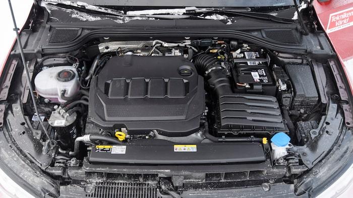 Under plastkåpen i mitten döljer sig den två liter stora dieselmotorn på 115 hästar. Lågt effektuttag.