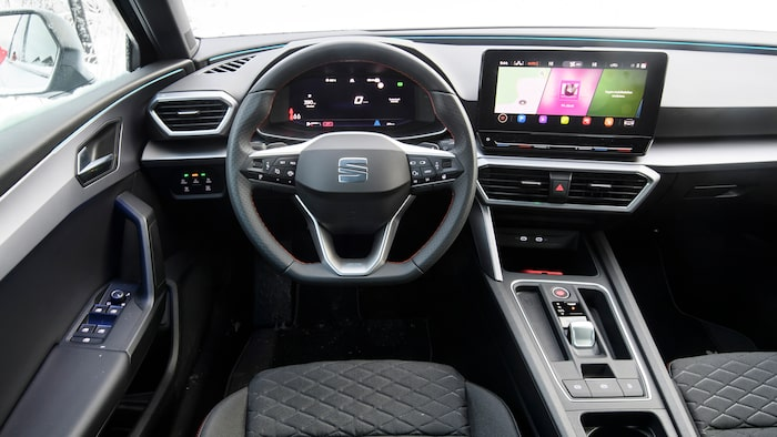 Ännu mer knappbefriad än VW Golf, men Seat Leon blir inte bättre för det.