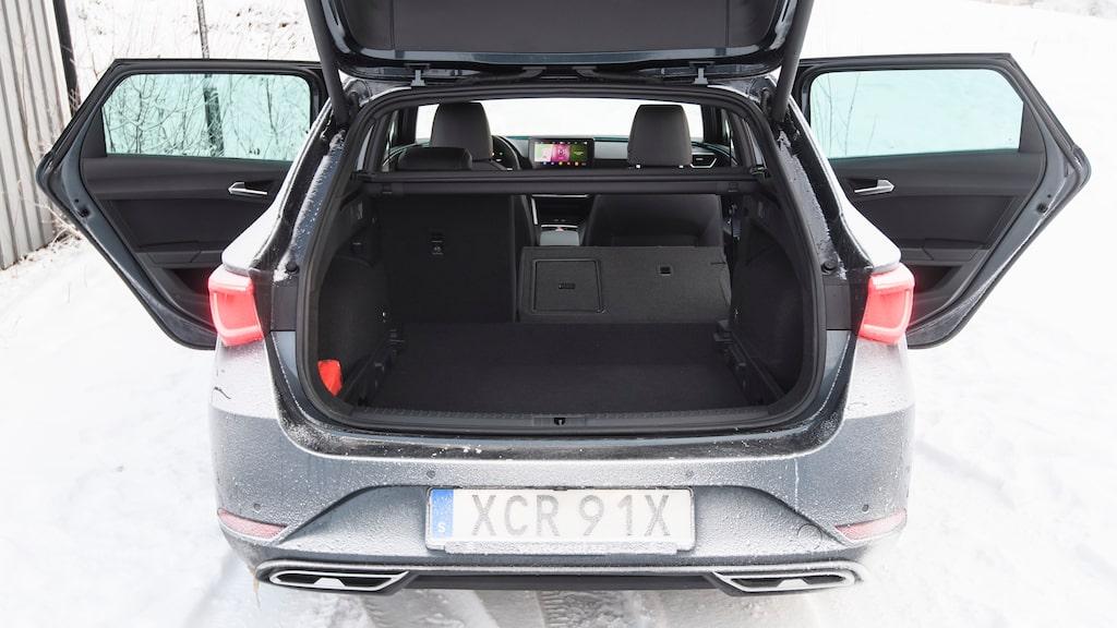 Liksom VW Golf har Seat Leon lastgolv som kan sänkas. Formen stjäl lite mer utrymme än i Golf.