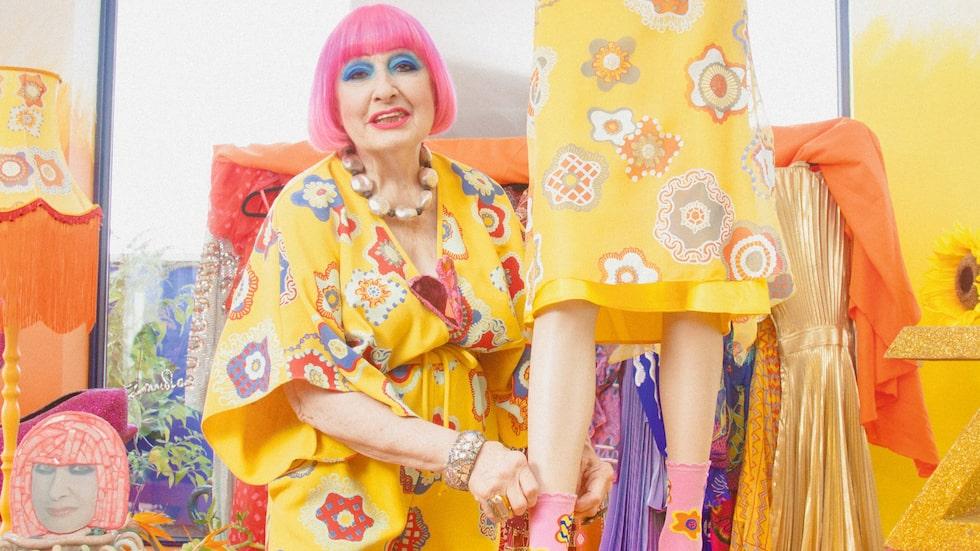 Stilikonen Zandra Rhodes, 80, är aktuell med kollektion för Happy Socks.