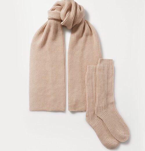 Scarf och sockor i kashmir från Johnstons of Elgin. Klicka på bilden och kom direkt till produkten.