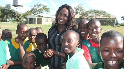 Nadupoi Rachael, 27, socialarbetare och programchef på organisationen ICC, på besök i en skola med skyddat boende för flickor som riskerar att könsstympas.