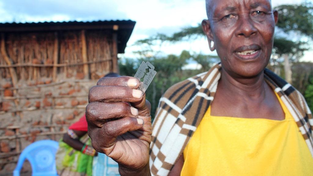 Sedan 2011 är kvinnlig könsstympning förbjudet i Kenya, men det är en djupt rotad tradition som inte försvinner över en natt. När kvinnan könsstympas skärs klitoris och blygdläppar bort med ett rakblad eller en kniv.