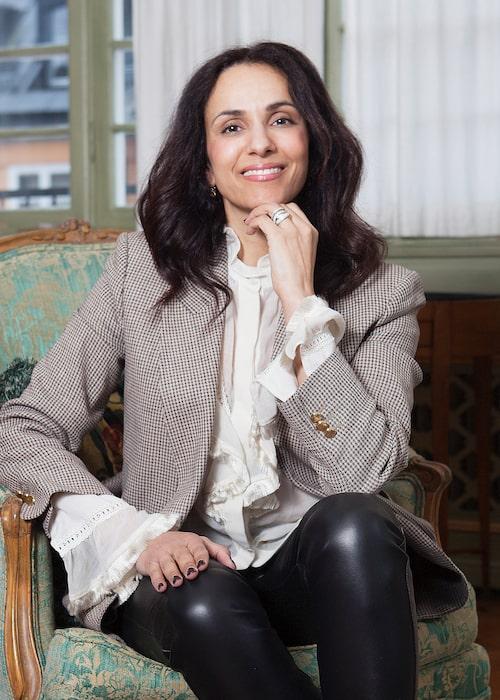 Bathina i kavaj från Gucci, blus från Stella McCartney och byxor från Joseph.