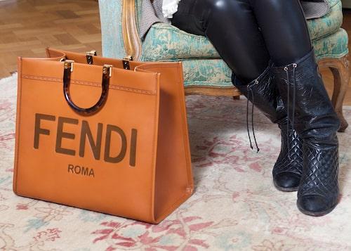 Väska från Fendi och stövlar från Chanel.