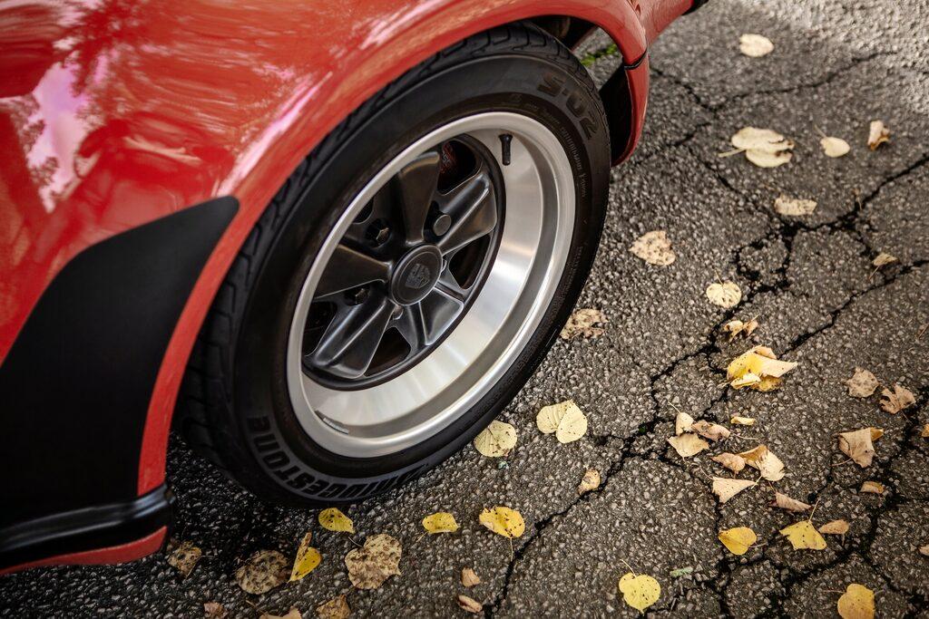 I de breda Turbo-hjulhusen huserar Fuchs-fälgar med bred fälgbana, på sant 911-manér.