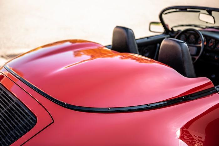 De klassiska pucklarna på ryggen avslöjar 911 Speedster på mils avstånd.