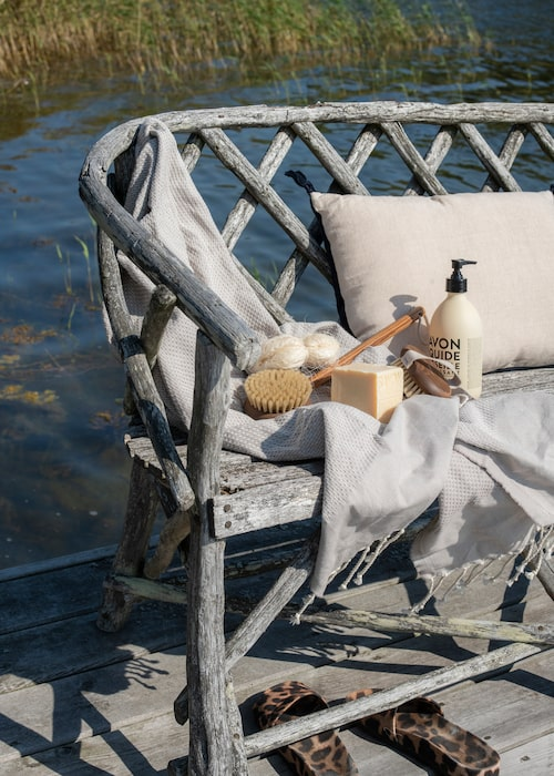 Ute på bryggan står en sol- och vindbiten träbänk som ingick i husköpet. Ja, sjövattnet är bräckt så det går finfint att tvätta och skrubba sig.