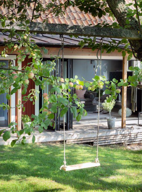 Från terrassen är det 3-4 meter ner till båtbryggan och vattnet i Blidösund. Tomten är full med fruktträd att hänga gungor och spänna upp klädstreck i.