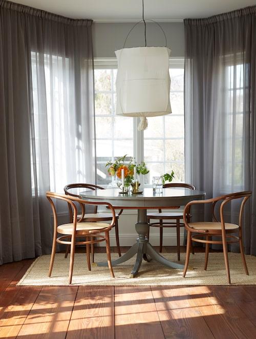 Matbordet är ett ommålat auktionsfynd och karmstolarna med rottingsits från Ton. Gardiner, MyWindow, tampa Schooley lamp från Mark Eden, tavlor från Yellow Corner.