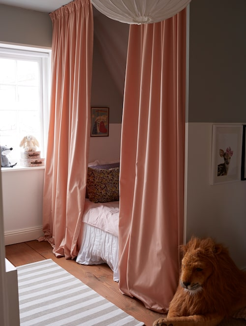 Dottern Toves rum fick nyligen en makeover. Fredrik byggde skiljeväggen efter en inspirationsbild Sofia sett på Pinterest. Taket och halva väggen målades i grönt, och de tidigare sovrumsgardinerna blev sängförhängen.