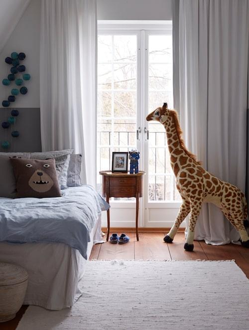 I Johns rum är det bäddat med sängkläder från Himla och H&M home. Nattduksbordet kommer från Fredriks morföräldrar, giraffen är köpt på Sprall och nallekudden på H&M home.