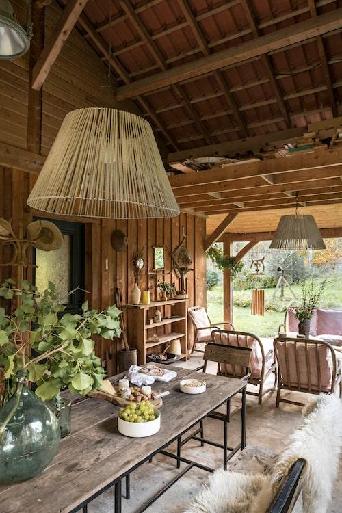 Som ett extra rum är altanen under tak. Här är man skyddad från både sol och regn, och paret tillbringar mycket av sin tid här. Alla möbler är oömma secondhandfynd.