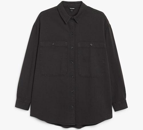 Svart oversize-skjorta från Monki i rak modell. Klicka på bilden och kom direkt till skjortan.