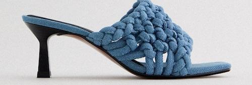 Högklackade sandaler från Zara i denim. Klicka på bilden och kom direkt till skorna.