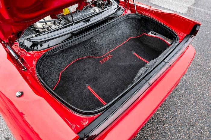 I bagageutrymmet där bak går det in några mjuka väskor. Tillräckligt för två under en helgresa eller liknande.