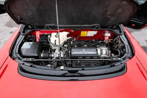 Hjärtat sitter monterat på tvären bakom kupén. VTEC-ingreppet är inte lika dramatiskt som hos senare syskon likt S2000.