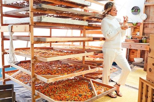 Tata Harper på sin farm i Vermont, USA, där flera av ingredienserna i hennes hudvård odlas.
