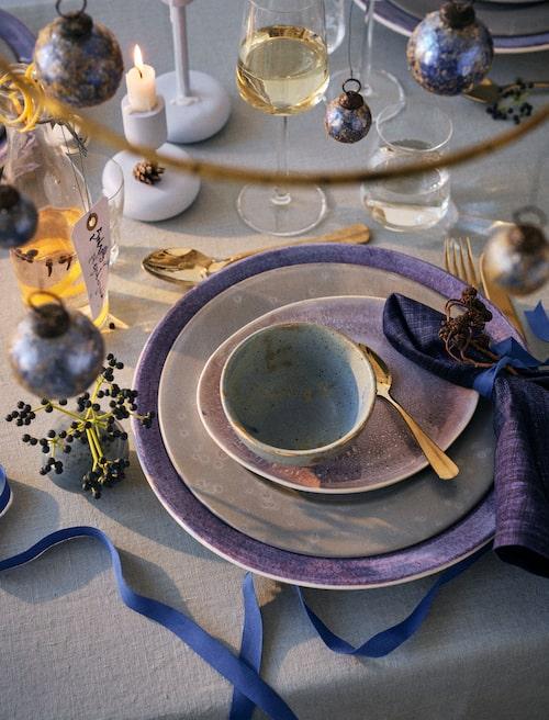 Låt glittriga julkulor sprida glans ovanför bordet.