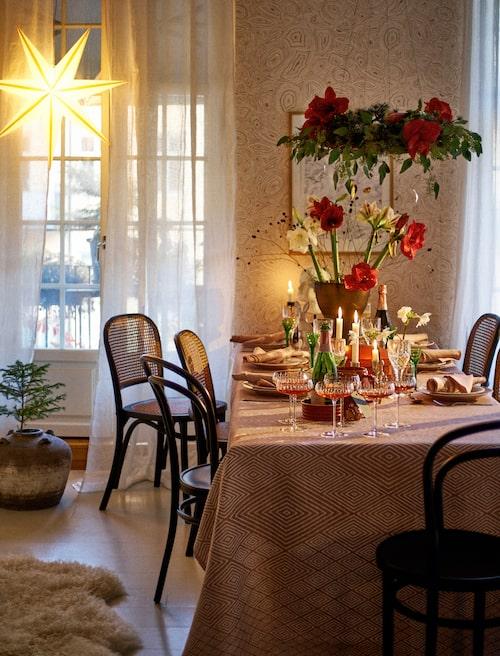 Klassiskt rött och dovt rosa skapar välkomnande stämning vid julbordet.
