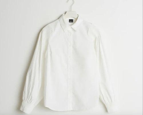 Skjorta med puffärm från Gina Tricot. Klicka på bilden och kom direkt till västen.