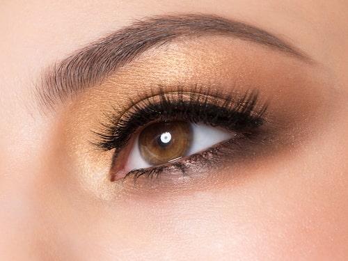 För dig med med bruna ögon är varma toner så som beige, benvit eller guld ett säkert kort.