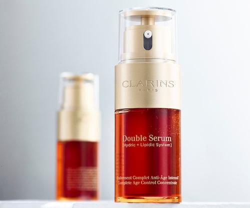 Double Serum från Clarins funkar för alla - oavsett hudtyp eller ålder. Det innehåller inga syror som gör huden känslig, vilket gör att du kan använda det både morgon och kväll för lyster, återfuktning och för en jämnare hud.