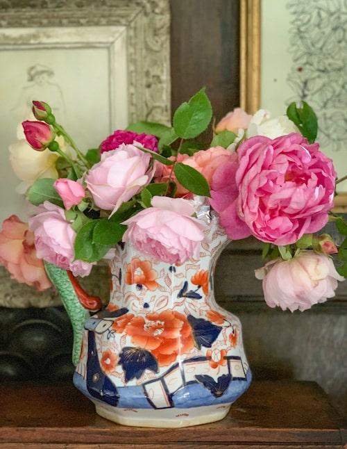 Inte bara vaser utan även kannor, skålar och terriner ger plats åt trädgårdens sköna blomster.