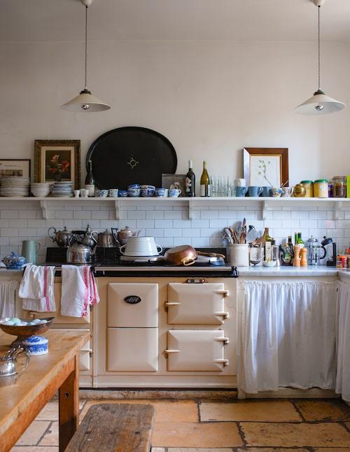Kökets gamla Agaspis används flitigt, den förser huset med värme och här lagas maten till trädgårdsarbetare och middagsgäster.