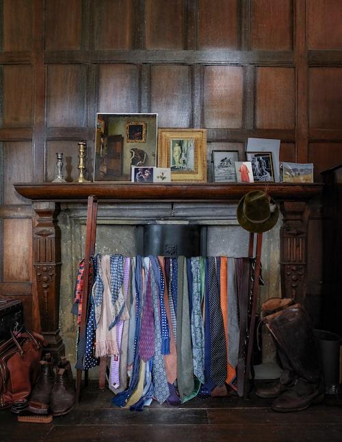I Forbes Elworthys dressingroom står slitna ridstövlar och en ställning knökfull med slipsar framför öppna spisen. På spiselkransen trängs foton, tryck och minnessaker.