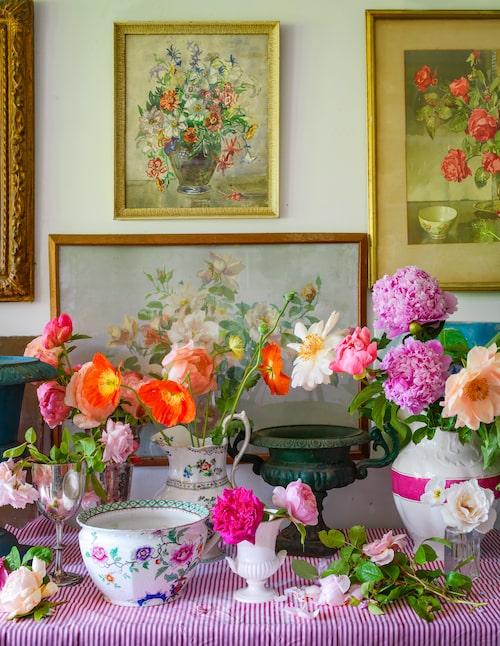 I blomsterarrangemangs-rummet – bor man på ett gods kan man ju kosta på sig ett sådant – samsas sibirisk vallmo, pioner och rosor i buketter som placeras ut i huset. Väggarnas blomstertavlor bjuder på riklig inspiration.