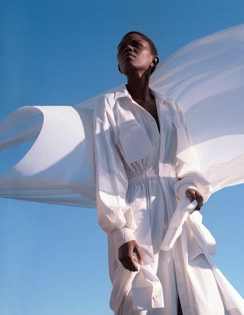 Klänning av överskottstyger av bomull/polyamid/polyester/elastan, 3 900 kr, NAND. Skjorta av ekologisk bomull, 590 kr, COS.