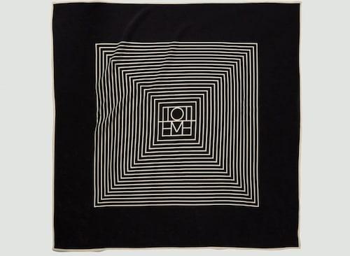 Mönstrad scarf från Totême i 100% silke. Klicka på bilden och kom direkt till scarfen.
