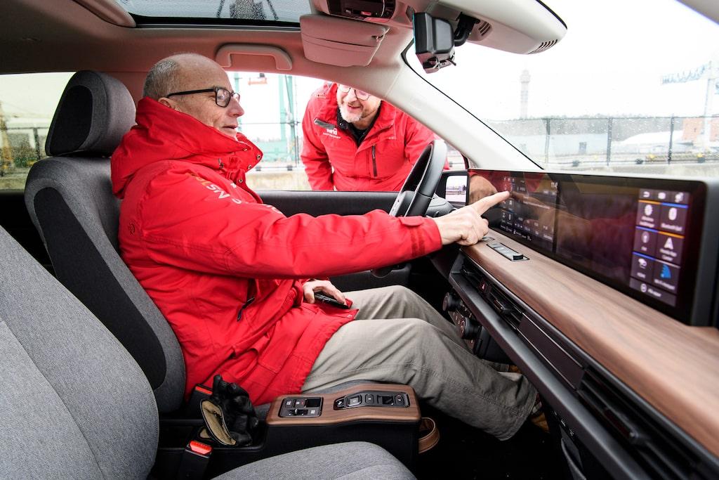 Honda e erbjuder dubbla panoramapekskärmar, Mikael Stjerna låter sig imponeras.