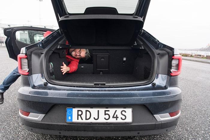 Arvet från Volvo är tydlig hos Polestar 2, baksätet är endast fällbart i 40/60-sektioner.