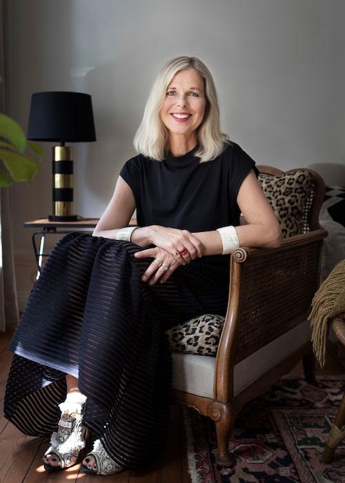Catarina Midby i kjol från H&M, t-shirt från egna Midby Studio, skor från H&M Conscious Exclusive och armband köpta i Jaffa.