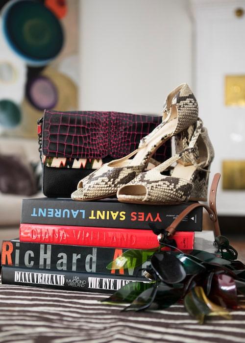 Böcker från Catarinas bibliotek, väska från Kenzo, skor köpa på CC skor och halsbandet är från Marni x H&M-kollektionen.