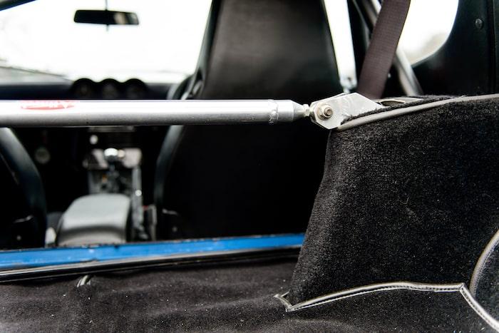 Ett stag mellan de bakre hjulhusen ger betydligt bättre vridstyvhet åt den 40 år gamla karossen.