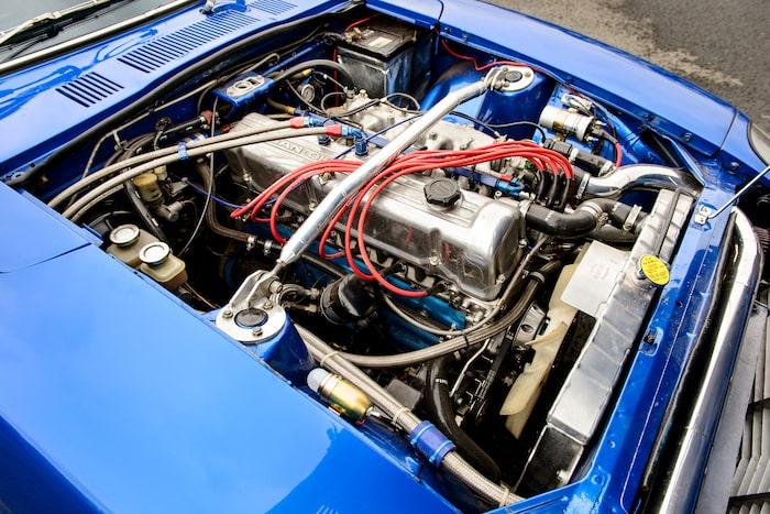 På denna sidan om motorn så ser det mesta standard ut. På andra sidan? Inte så mycket, för där sitter turbo samt det moderna insprutningssystemet.