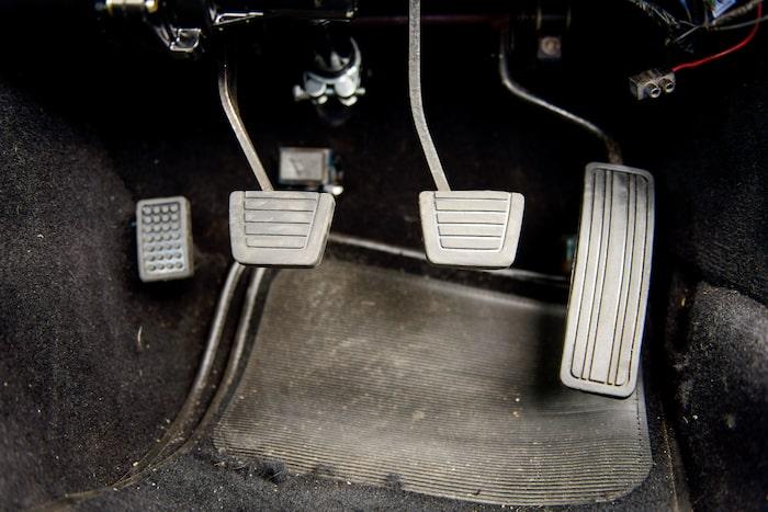 Kopplingen är tyngre än normalt, bromsarna bromsar betydligt bättre än normalt och kraftutvecklingen – den är på en helt annan nivå än i en standardbil.