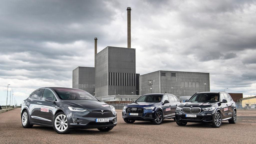 Bilden är från vårt test där vi ställer elbilen Tesla Model X Long Range mot laddhybriderna Audi Q7 60 TFSI e quattro och BMW X5 xDrive45e. I bakgrunden ses det nedlagda kärnkraftverket Barsebäck i Skåne.