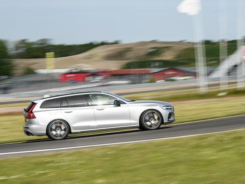 Här ses Volvo V60 T8 Polestar Engineered på Teknikens Världs Bankalas i somras. Modellen har 405 hästkrafter och gör 0-100 km/h på 4,6 sekunder, men toppfarten är sedan årsmodell 2021 begränsad till 180 km/h.