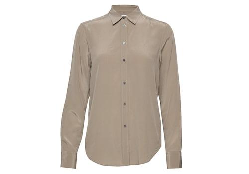 Sidenskjortan ger dig en uppklädd look till kvällen.