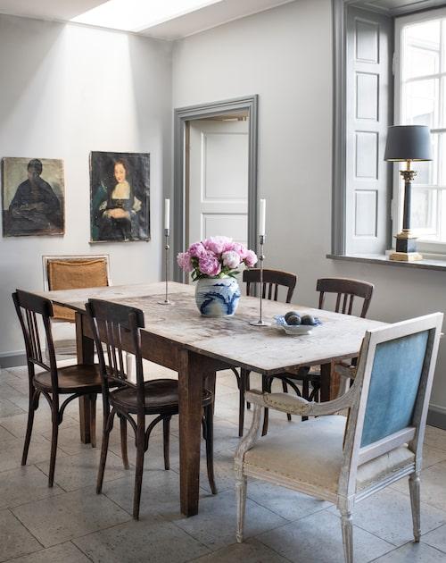 Matbordet är ett loppisfynd som hängt med i många år, med spår av både konfetti från bröllopet efterfest och barnens pysslande med klister och glitterfärg. Det praktiska kalkstensgolvet fanns redan i köket, perfekt och förlåtande för barnfamiljen. Gustavianska karmstolar, My blue window.