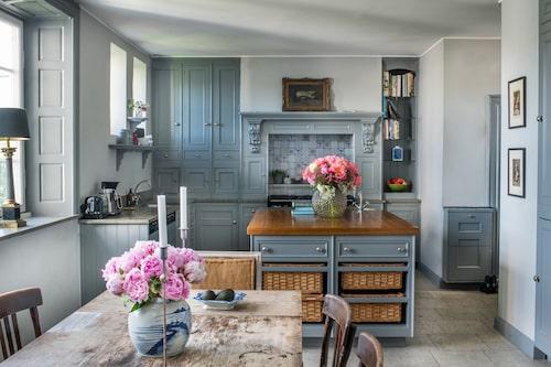 I köket är det gott om plats för både matlagning, pyssel, läxläsning och lek. Den lantliga köksinredningen med handmålat franskt kakel fanns på plats när familjen flyttade in.