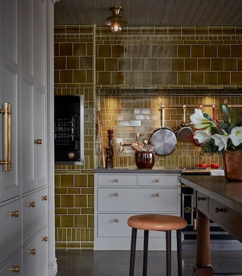 Köket är ritat av Mia och platsbyggt. Bänkskiva i kalksten, kakel från Waterworks. Rotisseri, La Cornue. Krus, Cosa homestories och pall, Gemla.
