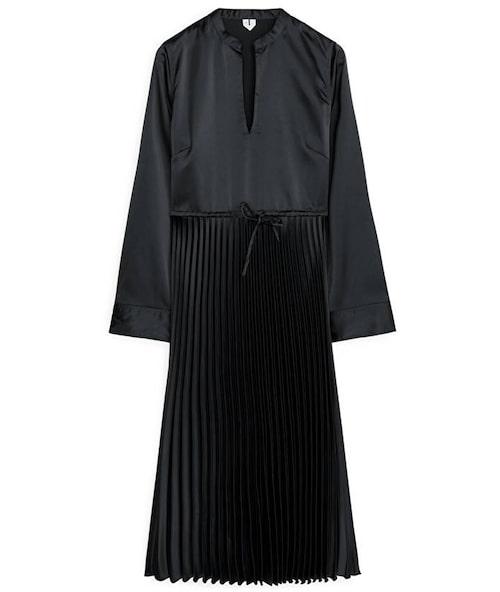 Plisserad klänning från Arket. Klicka på bilden och kom direkt till produkten.