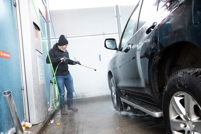 Ett helt unikt fotografi, Engström tvättar sin bil. Riv ur och spara. Kan bli värt pengar i framtiden.