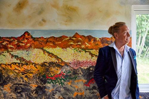 """På bottenvåningen ligger det gamla """"äppelrummet"""", där äpplen från odlingarna förvarades. Muralmålningen som löper längs hela ena väggen har Björn gjort, med inspiration från klipporna och havet strax nedanför tomten."""