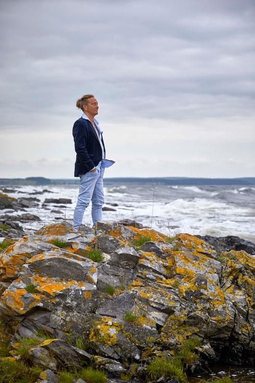 Björn Ranelid på klipporna nedanför villan i skånska Kivik.